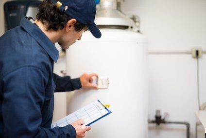 wartung der gastherme heizungsinstallateur bei der arbeit