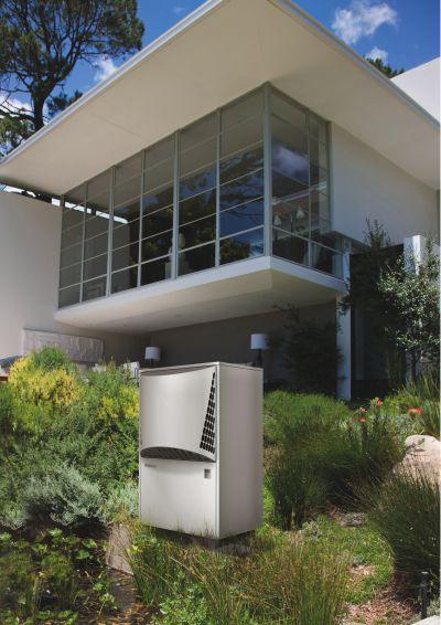 Dimplex Wärmepumpe vor Haus