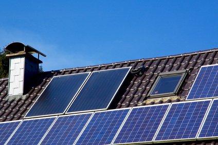 Energiegewinnung mittels Fotovoltaik-Platten auf dem Dach eines Bruchsteinhauses