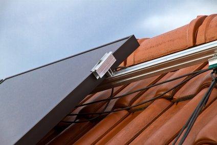 Solarleitung an Solarmodul auf dem Dach