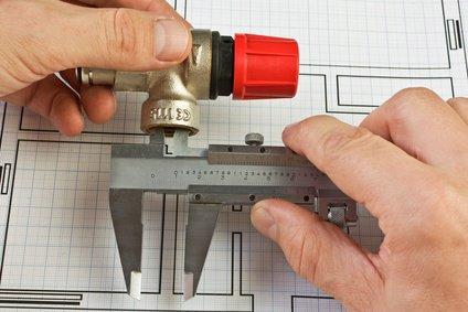Männerhand hält einen Volumenstromregler