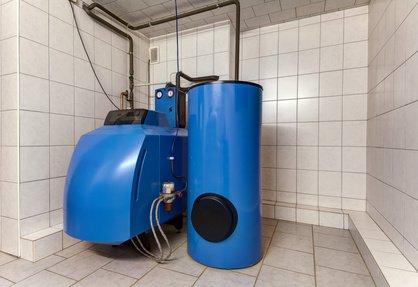 Heizungskeller in der Ansicht mit einer Öltherme und einem Warmwasserspeicher