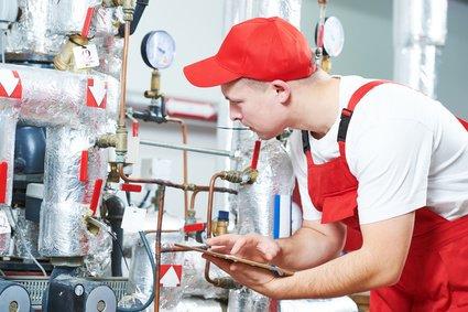 Heizung verliert Druck und Fachmann kontrolliert die Anlage