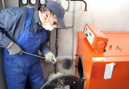 kesselreinigung heizungsbauer beim reinigungsprozess