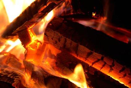 Holz brennt mit heller Glut