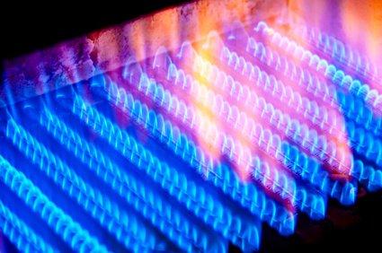Blaue Gasflammen in der Heizthermen beeinflussen den Brennwert von Gas