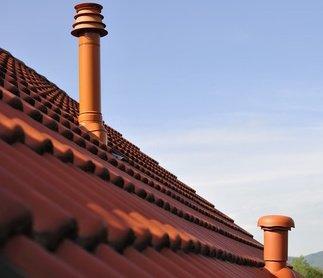 Gas Brennwertheizung Schornstein auf rotem Dach