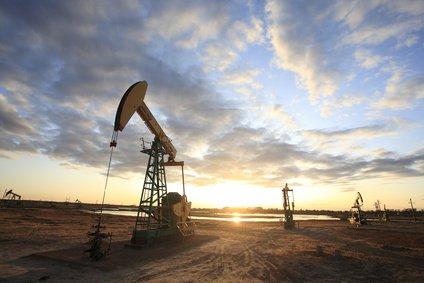 Ölreserven Ölraffinerie im Abendlicht
