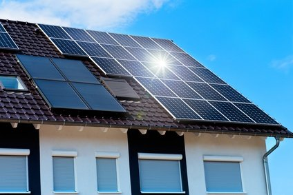 Solaranlage und Kollektoren auf Dach