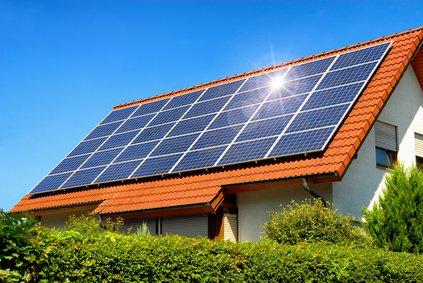 Solardach auf einem Einfamilienhaus sorgt für Solarertrag
