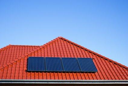 Solarkollektoren für Solarthermie auf rotem Dach