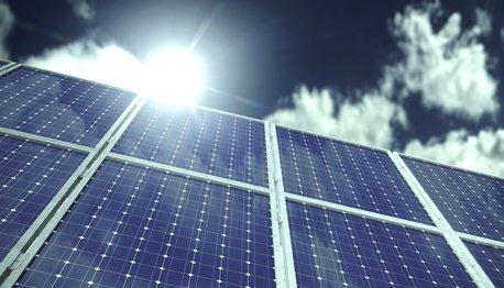Sonnenkollektor mit Sonne und Himmel
