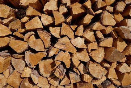 Heizwert Holz dargestellt durch gestapeltes Brennholz
