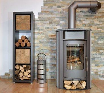 Schwedenofen im Haus mit Holz daneben