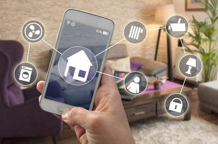 Smart Homes Nutzer am Handy