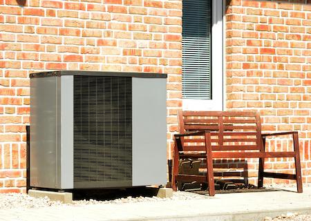 Wärmepumpe vor einem Einfamilienhaus